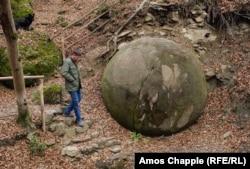 Мужчина, управляющий небольшим кафе, в 2016 году обнаружил этот каменный шар в лесу недалеко от боснийского города Завидовичи.