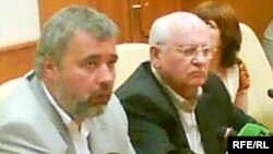 Dmitry Muratov (left) with Mikhail Gorbachev after Anna Politkovskaya's killing