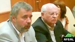 Dmitry Muratov (left) with Mikhail Gorbachev after Anna Politkovskaya's killing
