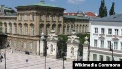 Варшаўскі ўнівэрсытэт, галоўная брама. Фота зь Вікіпедыі