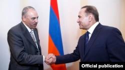 Армения -- Премьер-министр Армении Овик Абрамян (справа) принимает руководителя парламентской армяно-кувейтской группы дружбы Фейсала Фахд аль-Шайи, Ереван, 18 сентября 2014 г.
