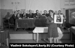 O femeie prezintă un referat despre Mona Lisa la o competiție de foraj petrolier, în mai 1983.
