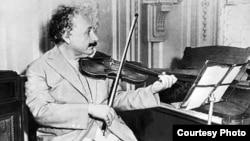 Albert Einstein skripka çalarkən.