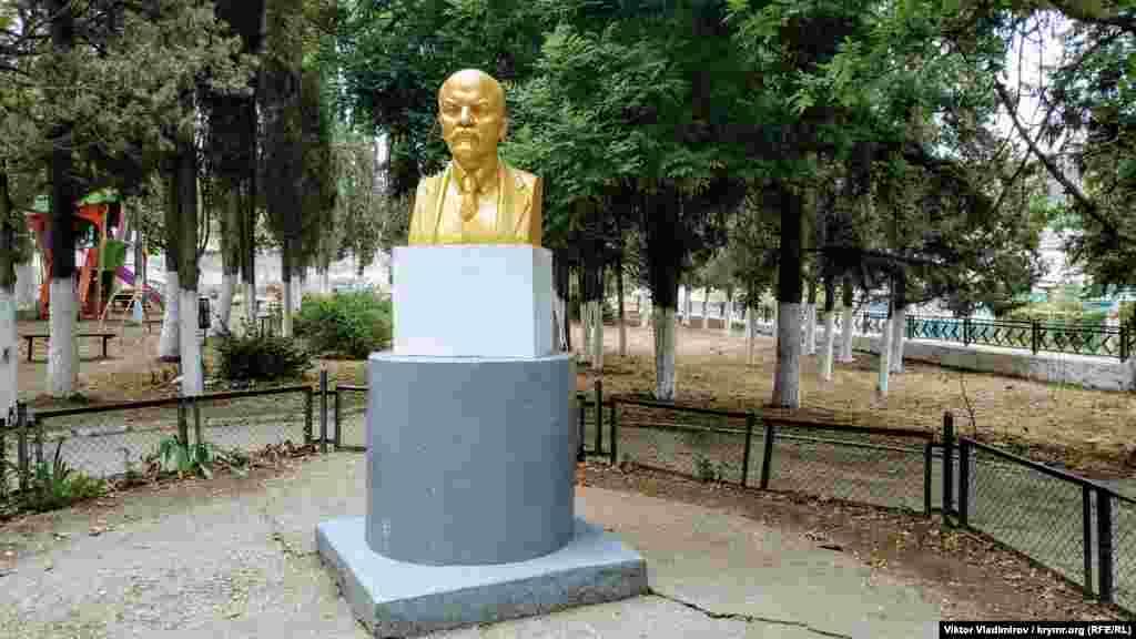 Бюст Ленина выкрашен в позолоченный цвет и выглядит ухоженно