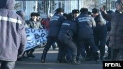 Қазақ полициясының наразыларды ұстап жатқан сәті. (Көрнекі сурет)