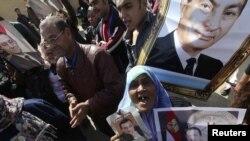 مناصرون لمبارك يهتفون خارج المحكة