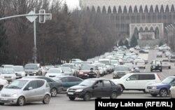 Транспортное движение в центре Алматы.