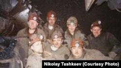 Николай Ташкеев (в центре) с товарищами по работе