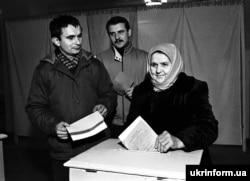 """Пенсионерка и работники колхоза """"Дружба"""" Полтавской области голосуют на избирательном участке N22 во время Всеукраинского референдума о независимости Украины и президентских выборов. 1 декабря 1991 года"""
