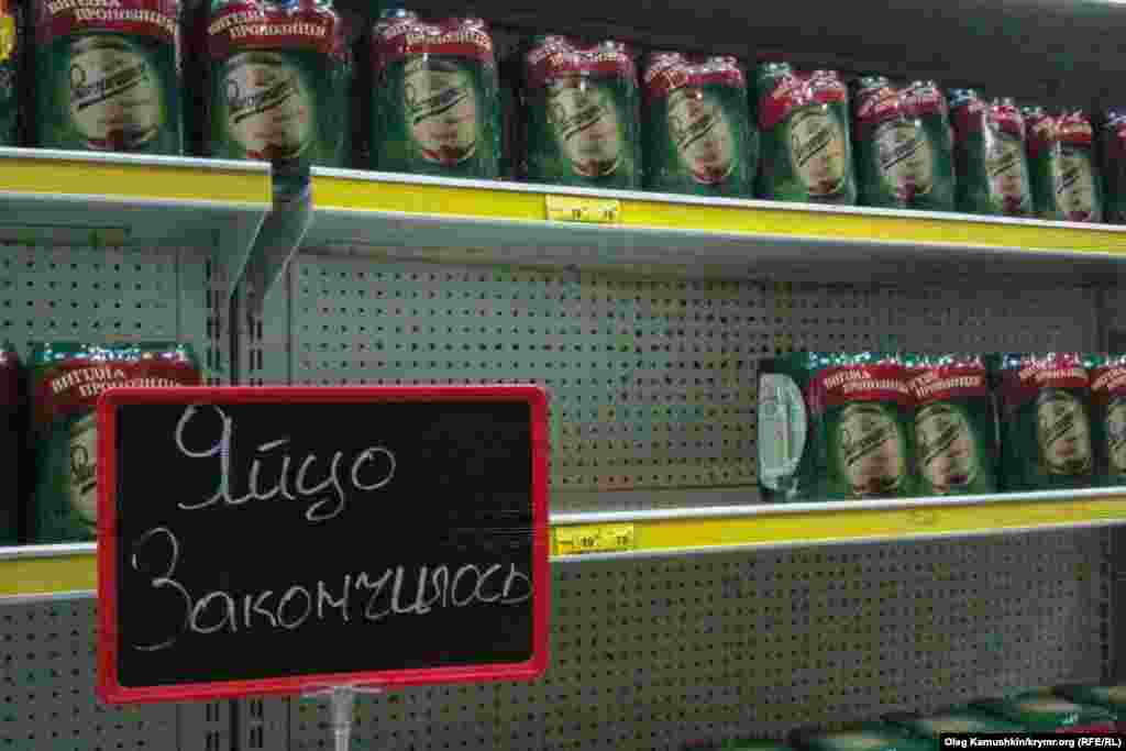 В симферопольском «Фуршете» вместо отсутствующих яиц полки заполонило пиво, 28 мая 2014 года