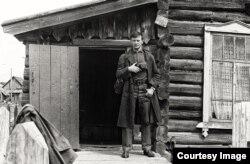 Римантас Дихавичюс на месте бывшей ссылки. Тухачевский леспромхоз, Пермская область, 1969 г.
