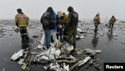 Boeing 737-800 ұшағы апаты орнында жүрген құтқарушылар. Дондағы Ростов, Ресей, 19 наурыз 2016 жыл.