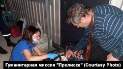 Волонтеры готовят еду и горячий чай