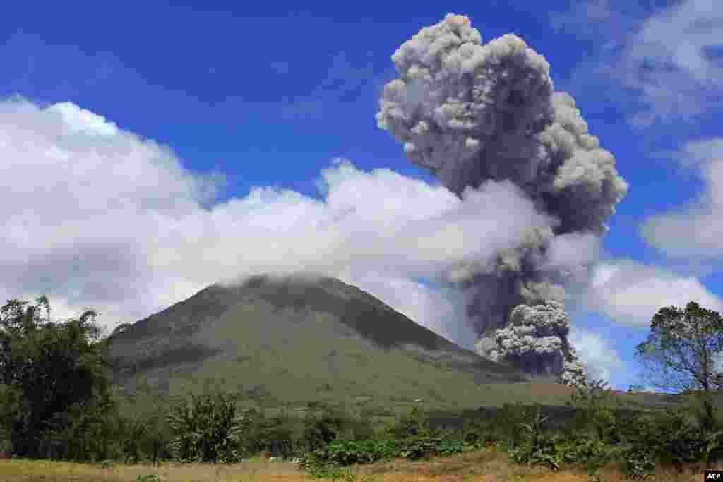 Indonesia's Lokon volcano spews hot smoke 2,000 meters into the air on February 2. (AFP)