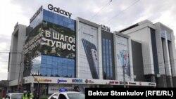 """""""Айчүрөк"""" соода борборунун алды. Бишкек. 9-август, 2021-жыл."""