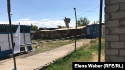 Угол дома, где, по мнению родственников Галы Бактыбаева, мог затаиться убийца в ожидании прихода его домой. Отсюда же предположительно и происходили выстрелы. Поселок Атасу, Карагандинская область, 1 июня 2019 года.