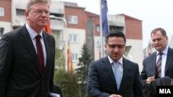 Евроамбасадорот Штефан Филе и вицепремиерот за евроинтеграции Фатмир Бесими, 09 април 2013.