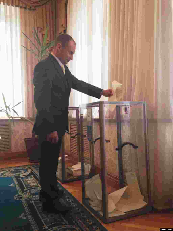 Голосование на избирательном участке в посольстве Украины в Астане. 26 октября 2014 года. Фото пресс-службы посольства Украины.