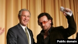 Боно — один из самых известных политических активистов и правозащитников — встречается с Джорджем Бушем