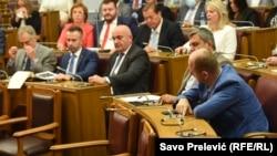 Za Rezoluciju glasalo je 55 poslanika iz opozicije i dijela vladajuće koalicije, dok je 19 poslanika vladajuće koalicije bilo protiv, a sedam uzdržanih.