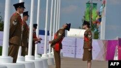 Военные осматривают флаги для церемонии открытия Олимпиады-2012 в Лондоне, 25 июля 2012 года.