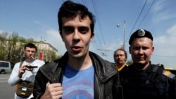 Roman Dobrokhotov (center) is detained by the police outside the Christ the Savior Cathedral in Moscow.
