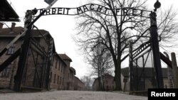 Головні ворота колишнього нацистського концтабору «Аушвіц-Біркенау». Освенцім, 19 січня 2015 року