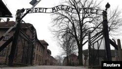 """Аушвиц концлагерінің маңдайшасындағы """"Еңбек сені азат етеді"""" деген жазу әлі тұр. Польша, 19 қаңтар 2015 жыл."""