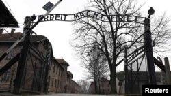 """Ворота концлагеря Аушвиц с нацистским лозунгом """"Работа делает свободным"""""""