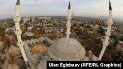 Бишкекте салынып жаткан жаңы борбордук мечиттин үстүнөн көрүнүшү.