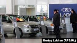 Салонда тұрған ресей автокөліктері. Алматы, 28 желтоқсан 2012 жыл.