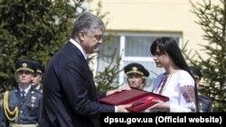 Петр Порошенко вручил награду героя дочери Игоря Момота Марии Момот