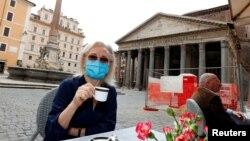 Žena sa zaštitnom maskom na kafi u Rimu, 18. maj, 2020.
