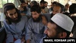 Заключенные талибы во время их транспортировки из тюрьмы Баграм, находящейся в 50 километрах от Кабула. 26 мая 2020 года.