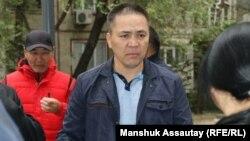 Жақтастарының арасында тұрған Алмат Жұмағұлов. Алматы облысы, 1 қазан 2021 жыл.