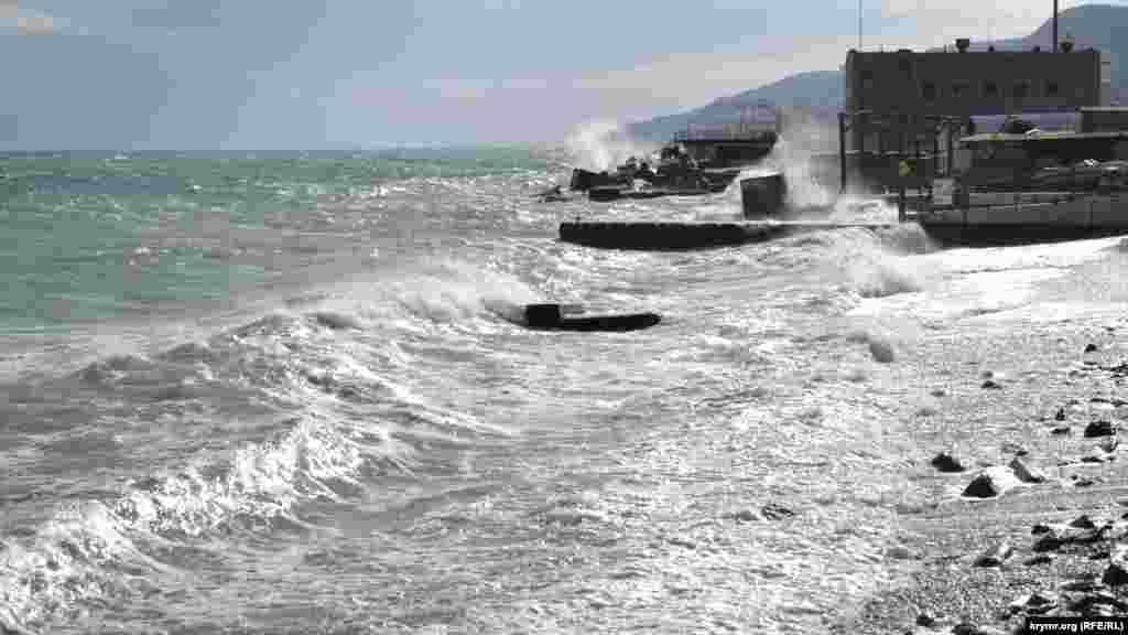 Силу стихии можно оценить по величине камней, которые выбрасываются волнами в зоне прибоя. На пляже Гороно в Ялте после шторма отдыхать на галечной зоне будет не очень комфортно