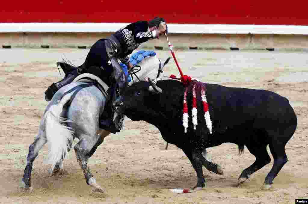 İspaniyalıRoberto Armendariz atın belindən öküzü öldürməyə cəhd edir. İspaniyada keçirilən San Fermin festivalının ilk günü belə yadda qalıb
