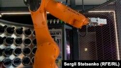 Робот не має власного імені - тут його просто звуть «робо-рука»