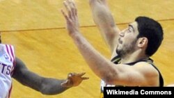 NBA košarkaš je pristalica Fetulaha Gulena: Enes Kanter (desno)
