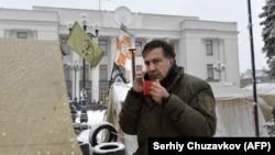 Gürjüstanyň öňki prezidenti we Ukrainanyň oppozision lideri Mihail Saakaşwili protestçileriň lagerinde, Kiýew, 6-njy dekabr, 2017.