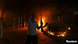 Куралчан ливандык Бенгази шаарындагы өрттөнүп жаткан АКШ консулдугунун жанында. 11-сентябрь, 2012.