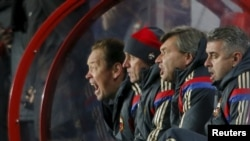 Леонид Слуцкий (крайний слева) во время матча Лиги чемпионов