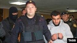 31-ամյա ադրբեջանցի Օրհան Զեյնալովին ուղեկցում են մոսկովյան դատարան, 17-ը հոկտեմբերի, 2013թ․