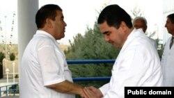 Түркіменстанның сол кездегі президенті Сапармұрат Ниязов (сол жақта) және қазіргі президенті Гурбангулы Бердімұхамедов. Ашғабат.