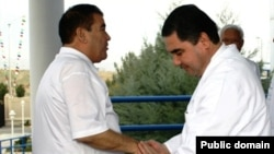 Türkmenistanyň öňki we häzirki prezidentleri S.Nyýazow (ç) we G.Berdimuhamedow (s), Aşgabat