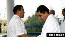 Министр здравоохранения Туркменистана Гурбангулы Бердымухамедов (ныне президент страны) измеряет пульс президенту Сапармураду Ниязову.