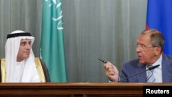 Сергій Лавров (п) і Адель аль-Джубейр на прес-конференції в Москві, 11 серпня 2015 року