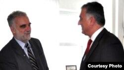 رضا پهلوی در کنار لوئيس مورنو اوکامپو دادستان دادگاه بين المللی لاهه