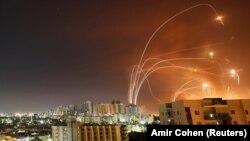 Противоракетная оборона «Железный купол» перехватывает ракеты над Израилем.