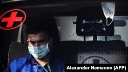 Медик в машине скорой помощи